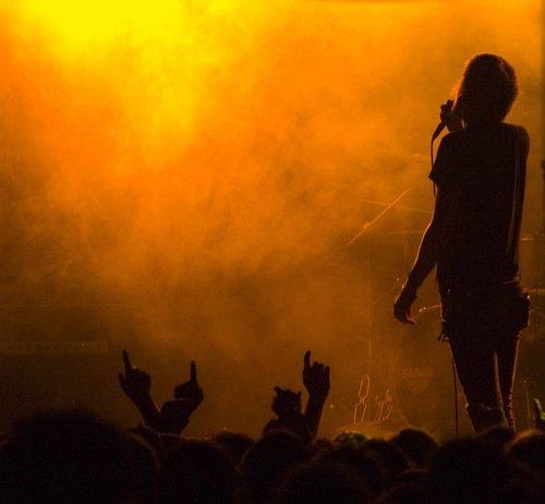 Il ruolo di frontman e frontwoman in una rock band
